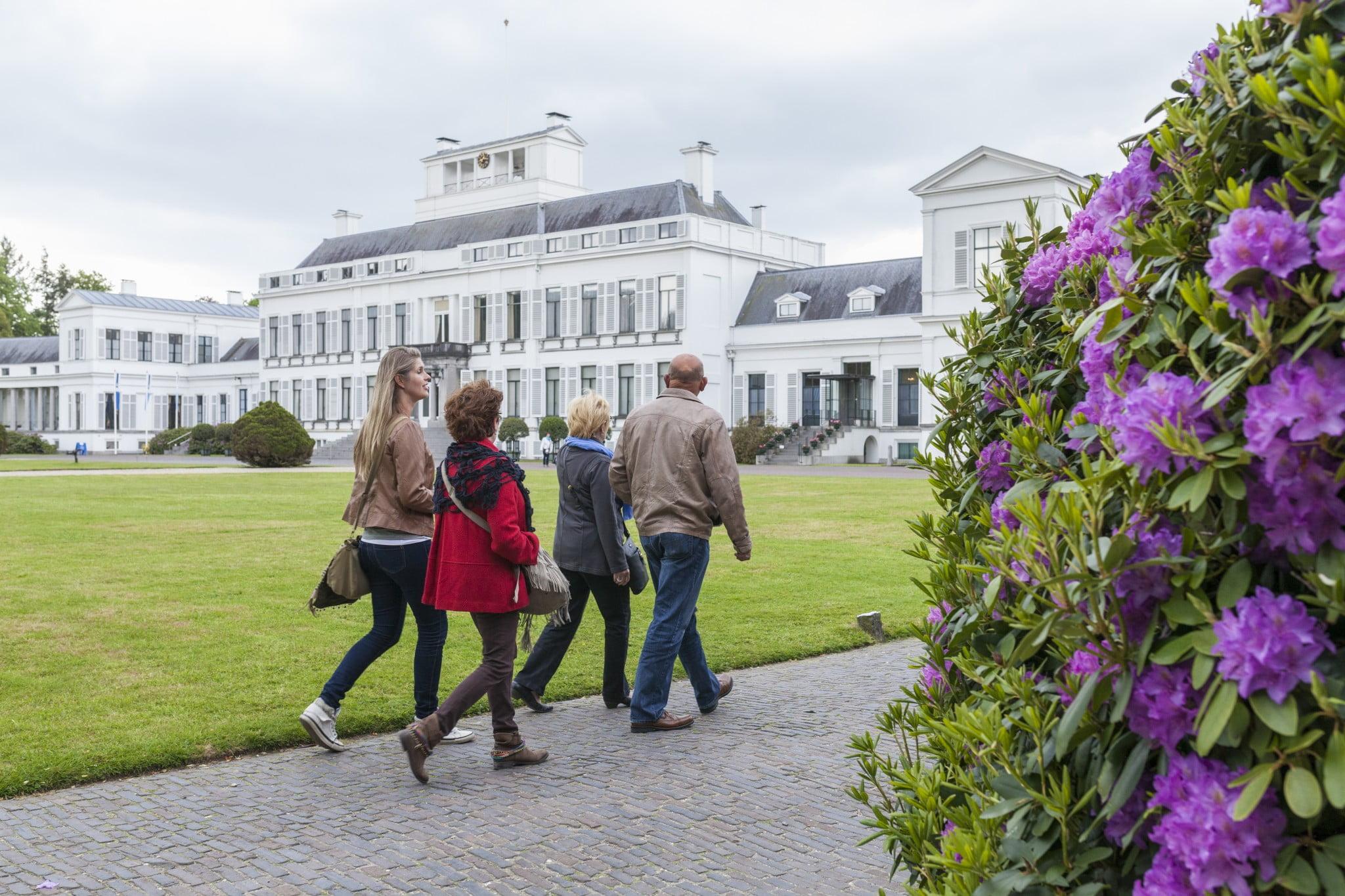 Tuin Paleis Soestdijk : Paleis soestdijk wandelende gasten in tuin rechtenvrij soestdijk